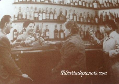 Familia sasplugas al bar llibreria de pioners